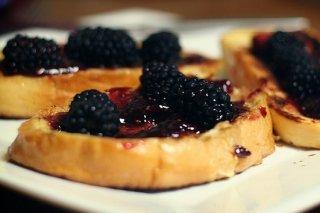 Receta de tostadas francesas con frutos del bosque