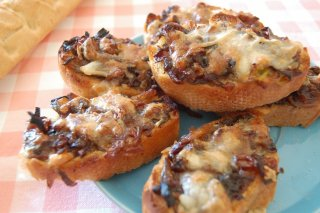 Receta de tostas de cebolla caramelizada y queso