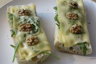 Receta de tostas de queso y nueces