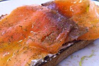 Receta de tostas de salmón ahumado con eneldo