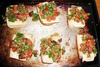 Receta de tostas de queso, tomate y pimiento