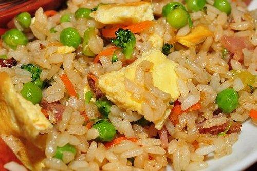 Arroz salteado con guisantes receta - Salteado de arroz ...