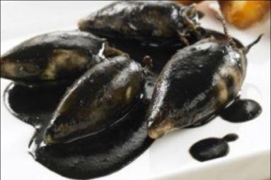Calamares o chipirones rellenos en su tinta receta - Chipirones rellenos en salsa de tomate ...