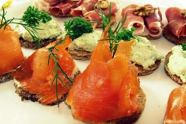 Receta de canapés de paté, queso, jamón, tomates cherry, salmón...