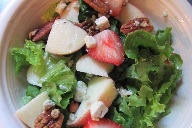 Receta de ensalada de manzana, nueces y fresas