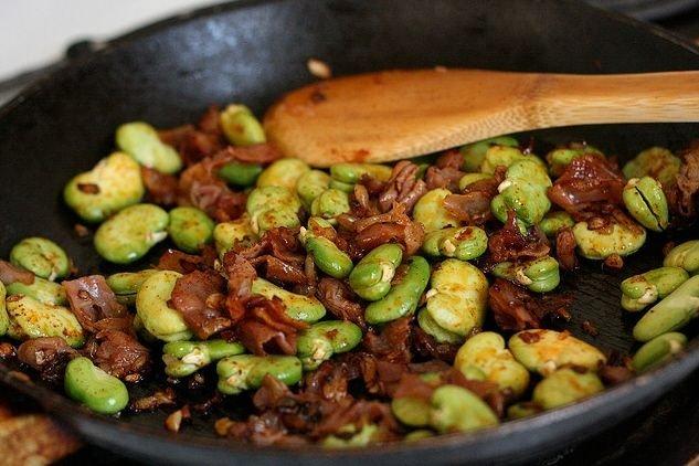 Receta de habas con jamón y ajos tiernos