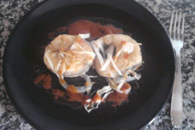 Receta de merluza al horno con salsa de tomate