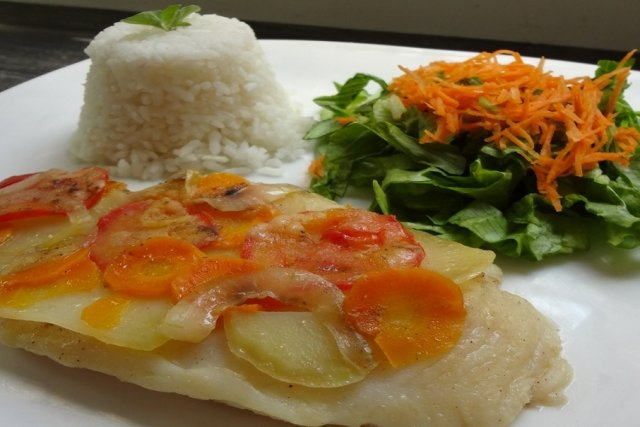 Receta de pescado empapelado con vegetales