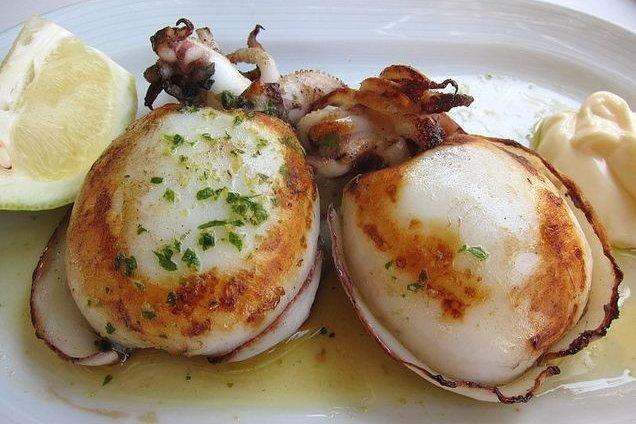 Receta de sepias a la plancha sobre patatas al horno