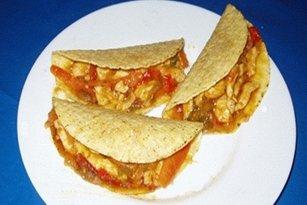 Receta de tacos de pollo, pimientos y cebolla caramelizada.